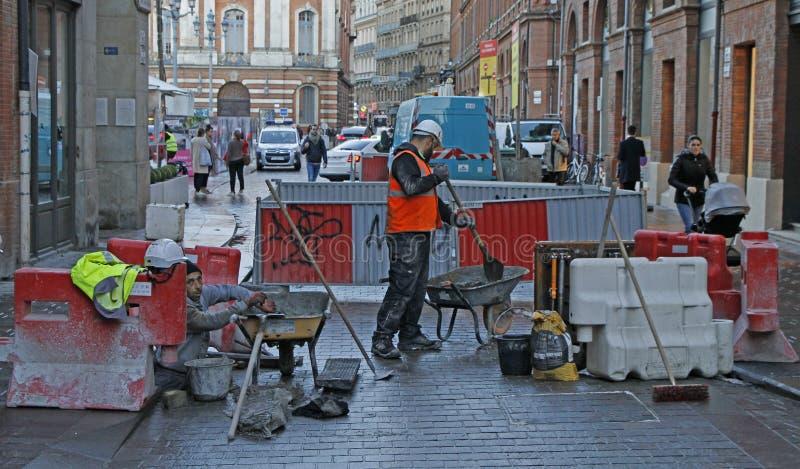 Uliczni pracownicy robią ich pracie outdoors w Tuluza zdjęcie stock