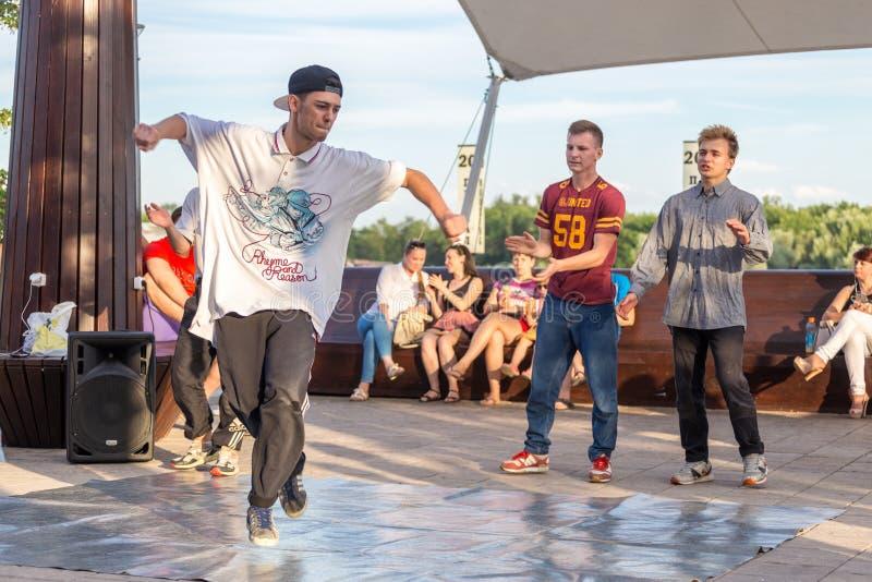 Uliczni tancerze na środkowym nabrzeżu rzeczny Don w Don zdjęcia stock
