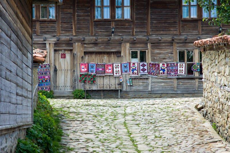 Uliczni tkacze w Bułgarskiej wiosce Zheravna zdjęcia stock