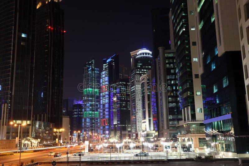 Uliczny śródmieście w Doha przy nocą obraz stock