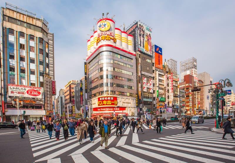 Uliczny życie w Shinjuku Marzec 28, 2016 Shinjuku jest specjalnym oddziałem lokalizować w Tokio obraz royalty free