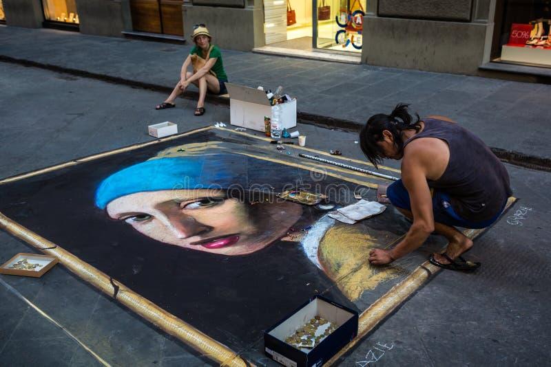 Uliczny artysta rysuje dziewczyny z Perełkowym kolczykiem na asfalcie obraz stock