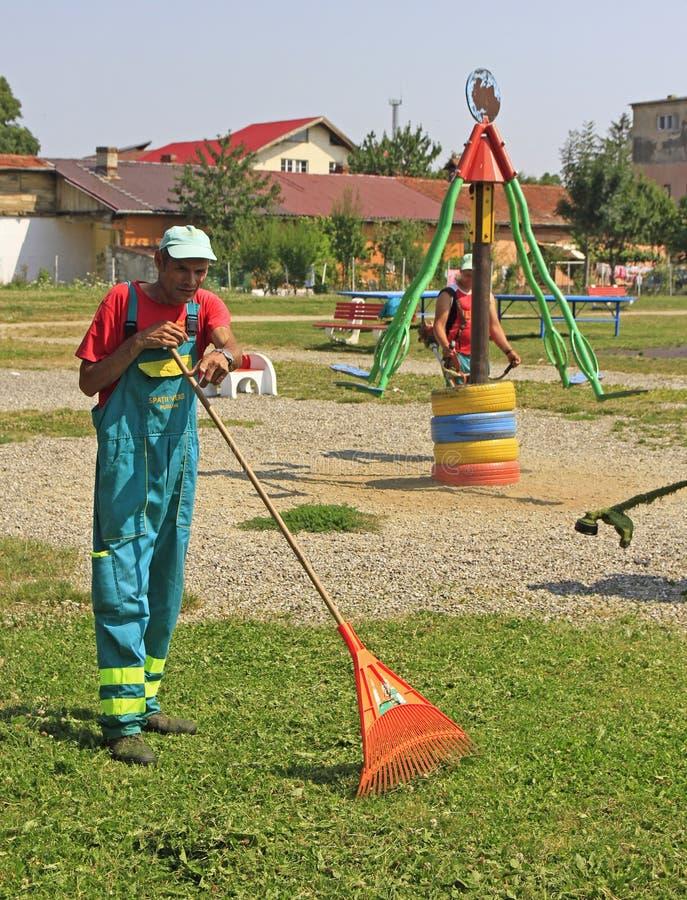 Uliczny cleaner robi jego pracie plenerowej w Brasov, Rumunia fotografia royalty free