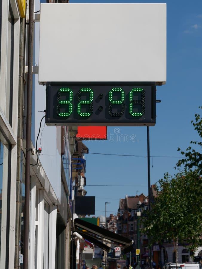 Uliczny cyfrowy termometr wystawia temperatur? 32 stopnia celsius Fala upa??w poj?cie obrazy royalty free