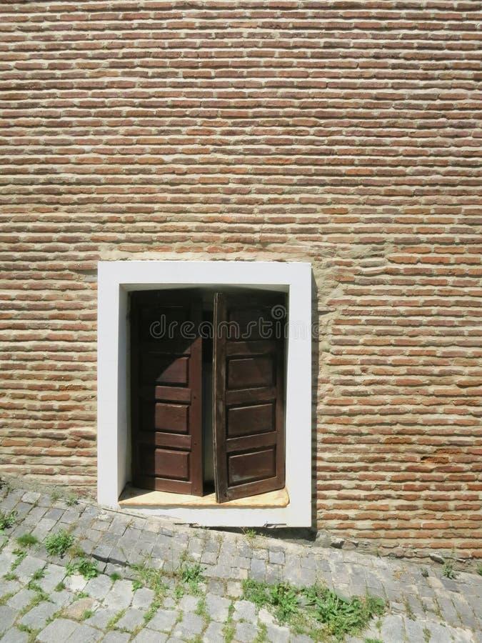 Uliczny drewniany duży okno dom czerwona cegła obraz stock
