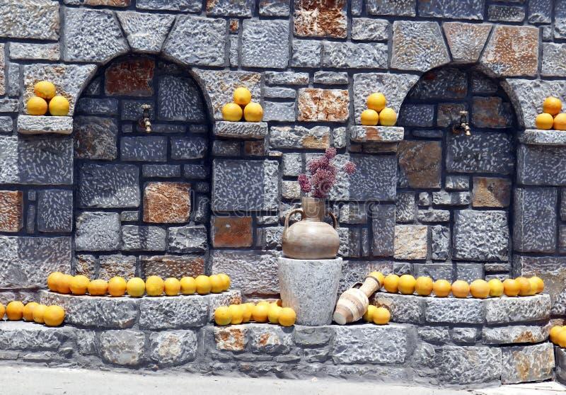 Uliczny faucet, dekoracj pomarańcze i amphorae, obrazy stock