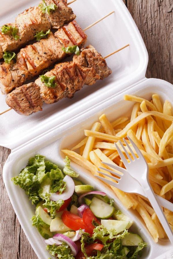 Download Uliczny Jedzenie: Kebabs, Dłoniaki I Sałatka W Tacy Zakończeniu, Pionowo Obraz Stock - Obraz złożonej z greenbacks, dłoniaki: 57666109