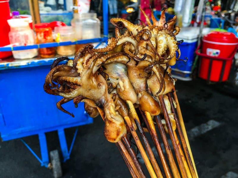 Uliczny jedzenie Piec na grillu ośmiornicy skewer z karmową furą w Tajlandia fotografia royalty free