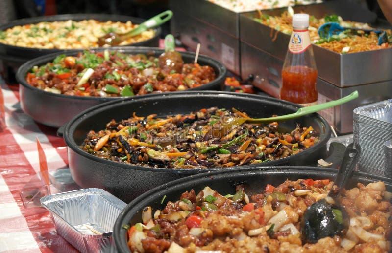 Uliczny jedzenie przy Ceglanym pasa ruchu rynkiem - chińczyk fotografia stock