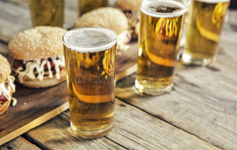Uliczny jedzenie pub, bar, Oktoberfest, hamburgery, piwo, zakończenie up Wieśniaka styl zdjęcia royalty free