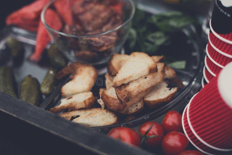 Uliczny jedzenie rynek, piec na grillu grilla mięso, pinkin zdjęcia royalty free