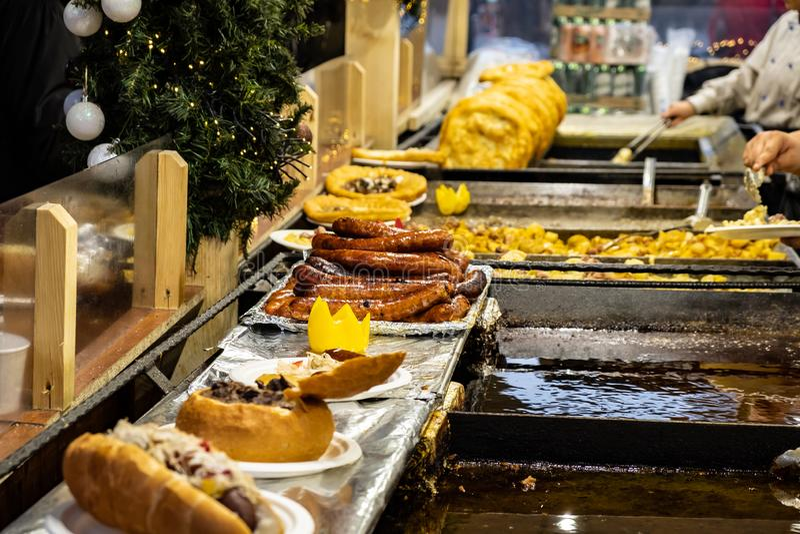 Uliczny jedzenie, Węgierski Goulash w chlebowym bochenku obraz royalty free