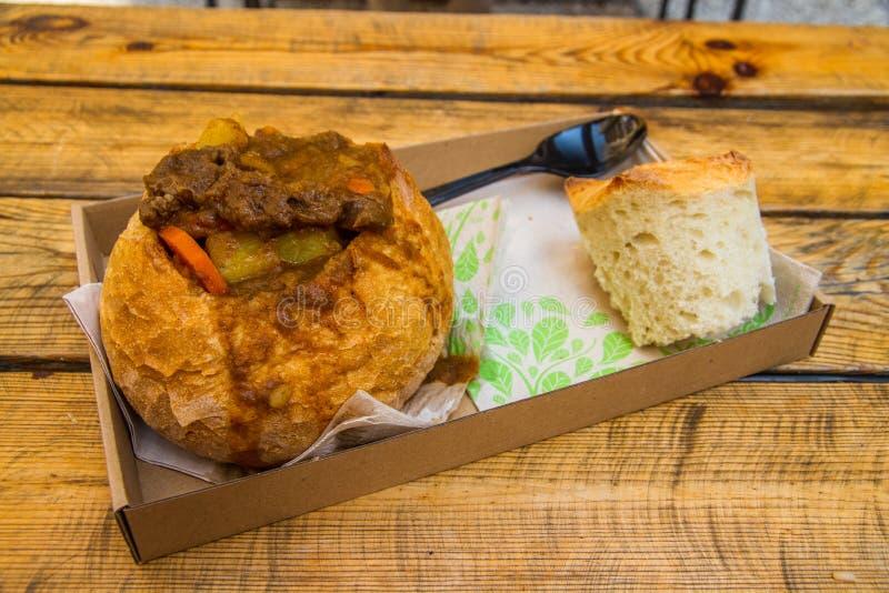 Uliczny jedzenie, Węgierski Goulash w chlebowym bochenku fotografia royalty free