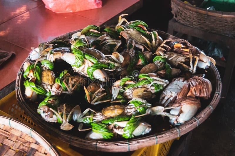 Uliczny jedzenie wprowadzać na rynek w turystycznych miastach Wietnam, Południowa Azja Typowi krabów przygotowania w rybich rynka fotografia royalty free