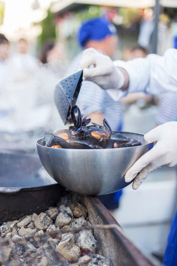 Uliczny karmowy festiwal z świeżymi mussels zdjęcie stock