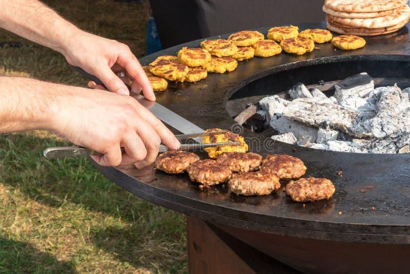 Uliczny karmowy kucharstwo, demonstraci kucharstwo, catering usługa obrazy stock