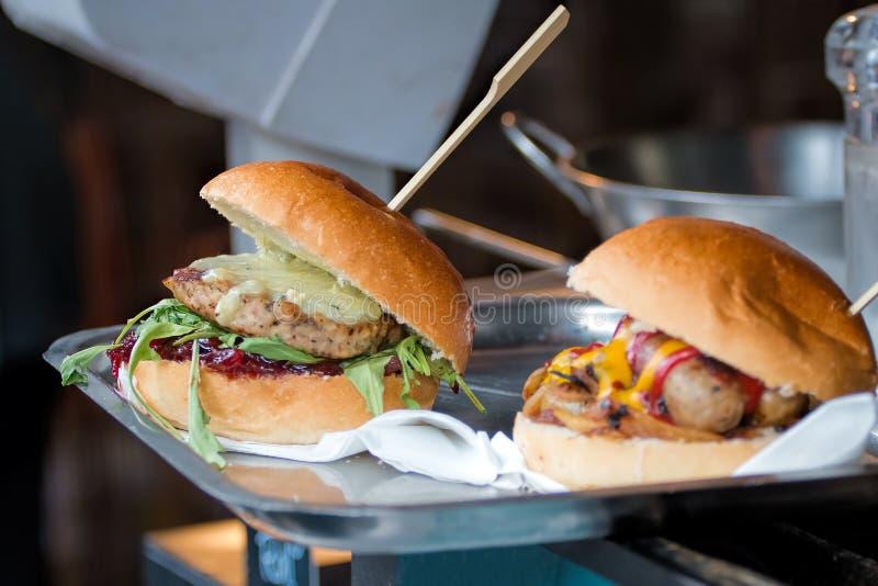 Uliczny Karmowy Wyśmienity kurczaka hamburger fotografia stock