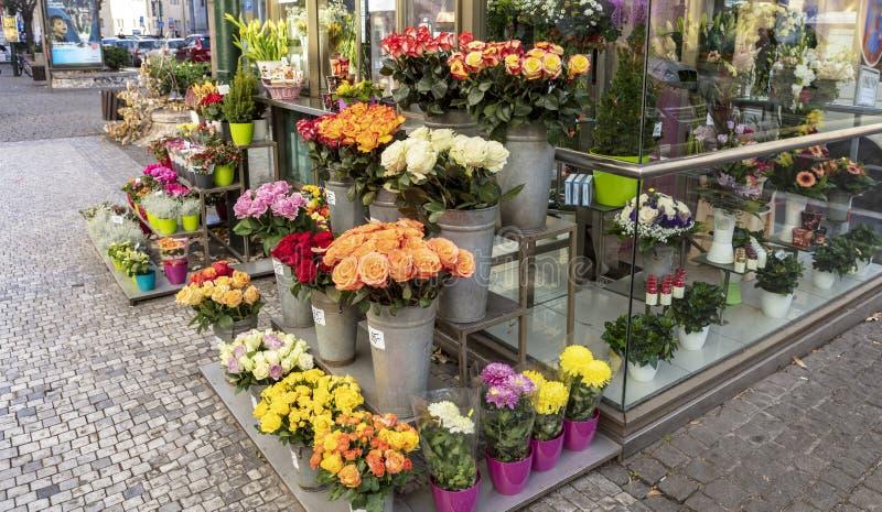 Uliczny kwiaciarnia kram z róż i asterów pokazem obraz royalty free