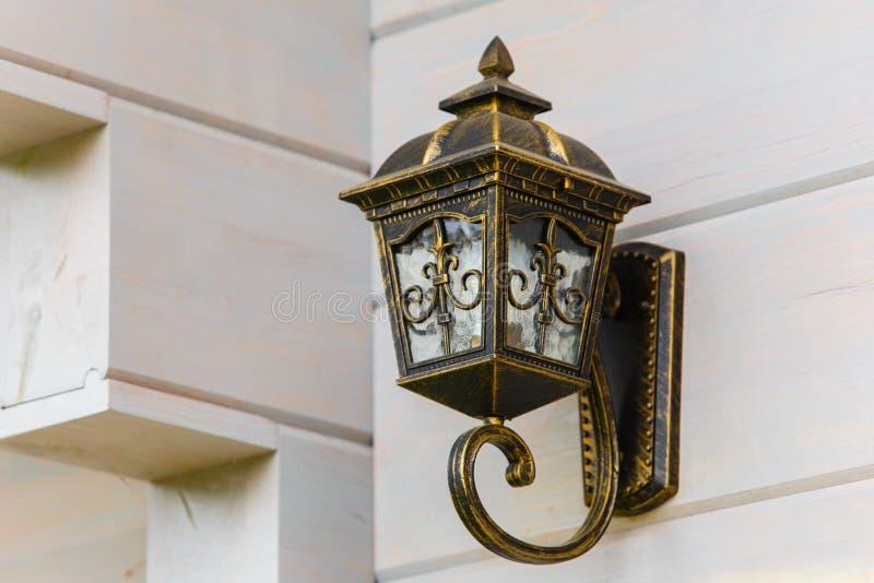Uliczny lampion dołączający biała drewniana ściana domu kąt fotografia stock
