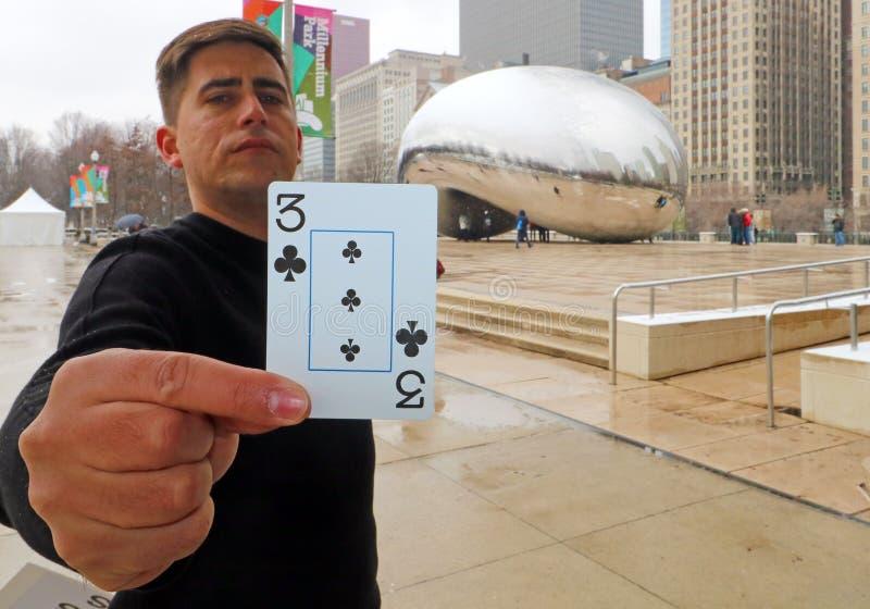 Uliczny magik robi magii przy Obłoczną bramą przy Chicagowską Illinois fasoli lustra sztuką z ludźmi i budynkami zdjęcia stock