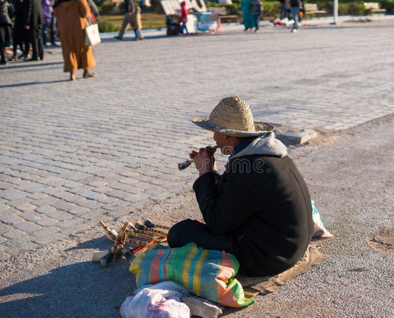 Uliczny Marokański artysta Z Drewnianego bloku fletem Na miasto ulicie zdjęcia stock