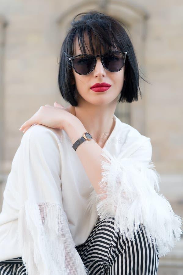 Uliczny mody pojęcie Portret elegancka młoda piękna kobieta zdjęcie royalty free