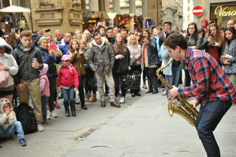 Uliczny muzyk bawić się saksofon przed tłumem w Florencja, Włochy fotografia royalty free