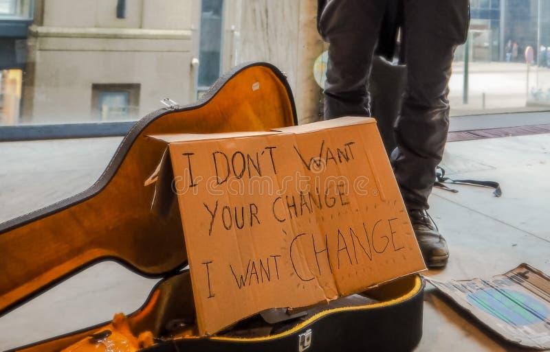Uliczny muzyk i aktywista dzwoni dla akcji przeciw zmiana klimatu i globalnemu ociepleniu z handmade deską zdjęcia royalty free