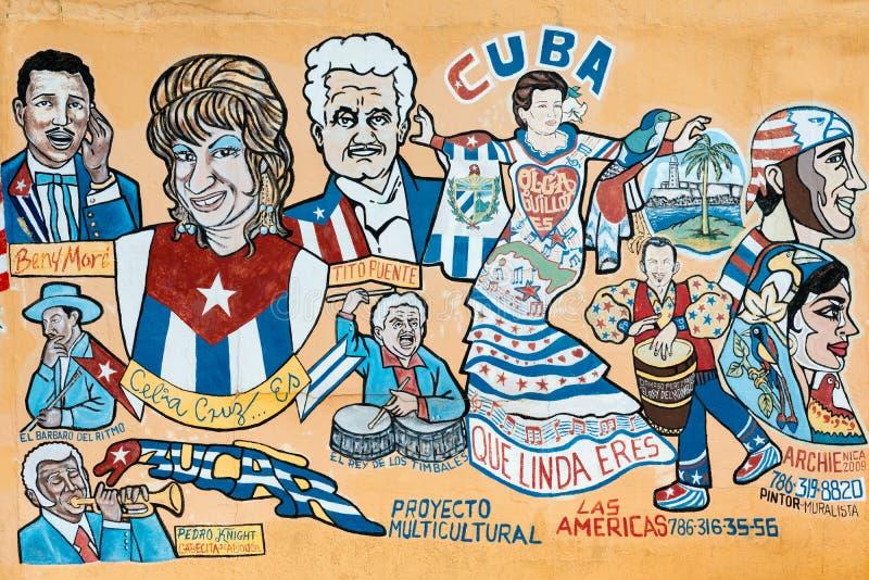 Uliczny obraz przedstawia kilka sławnych kubańskich muzyków w Zaświecający obrazy royalty free