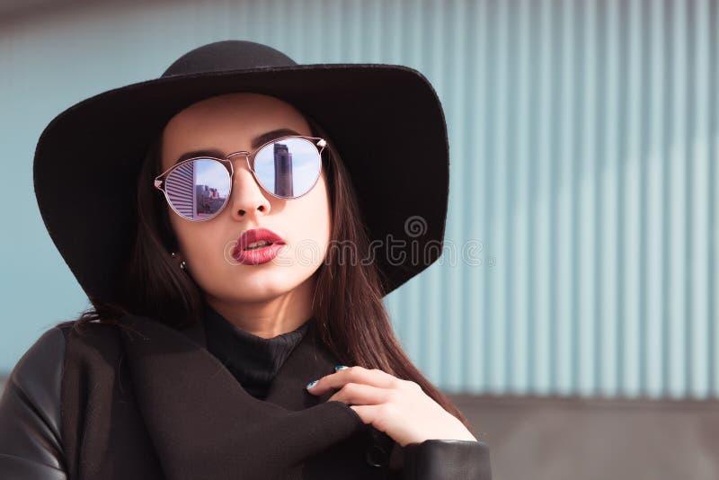 Uliczny portret atrakcyjny model w modnych szkłach i stylis zdjęcia stock