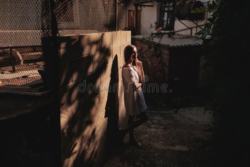 Uliczny portret dziewczyna w zmierzchu zdjęcia stock