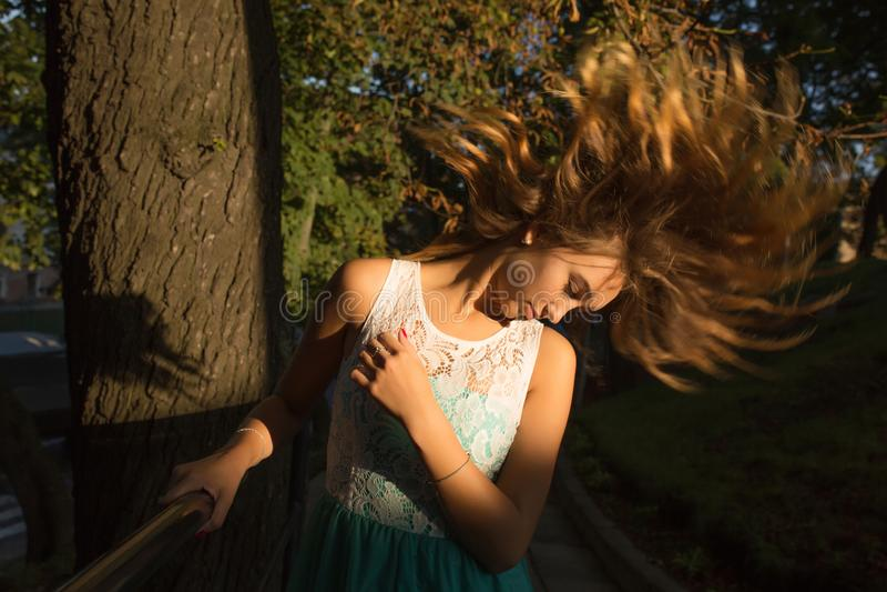Uliczny portret młody oszałamiająco model z trzepotliwym włosy pos fotografia stock