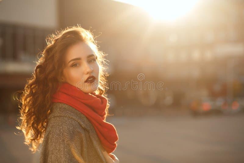 Uliczny portret zadziwiający brunetka model z falistym włosy pozuje w miękkim wieczór backlight Przestrzeń dla teksta fotografia stock