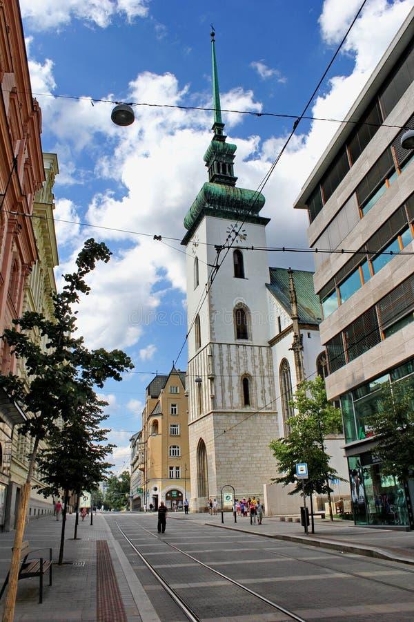 Uliczny prowadzić kościół St James, Brno, republika czech obraz stock
