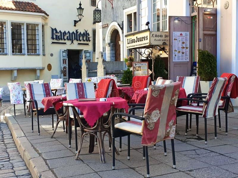 Uliczny Restoran w miasta lata wieczór w Starym miasteczku Tallinn Estonia 2019 marszu rynku podróż państwa bałtyckiego Europa zdjęcie stock