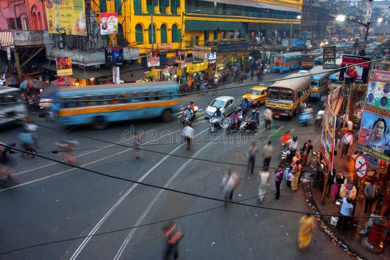 Uliczny ruch drogowy zamazujący w ruchu przy wieczór obrazy royalty free
