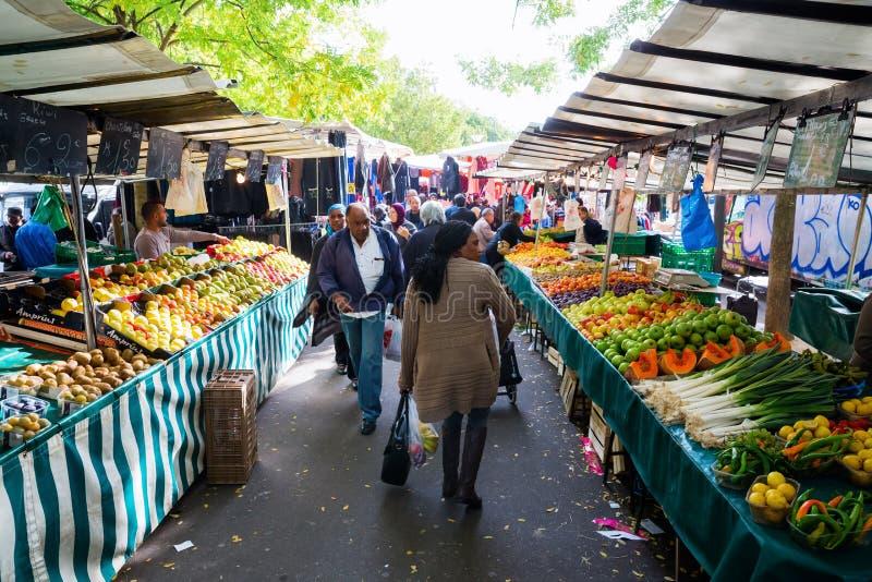 Uliczny rynek w Belleville, Paryż, Francja fotografia stock