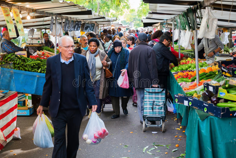 Uliczny rynek w Belleville, Paryż, Francja zdjęcie stock