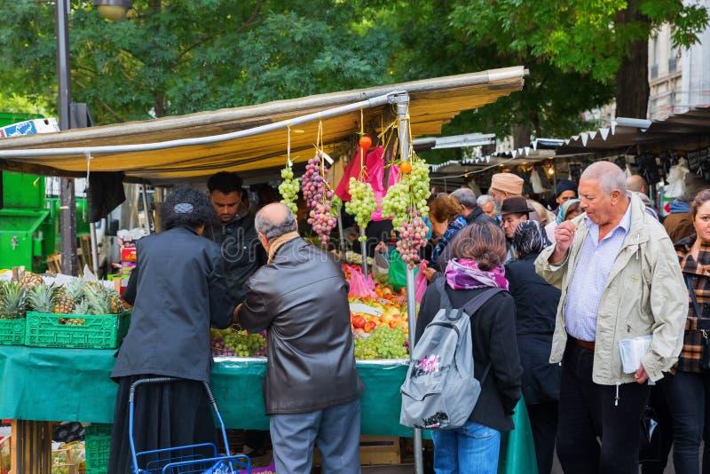 Uliczny rynek w Belleville, Paryż, Francja obrazy stock