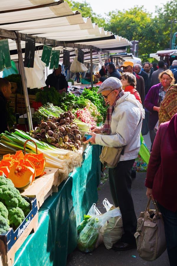 Uliczny rynek w Belleville, Paryż, Francja zdjęcia stock