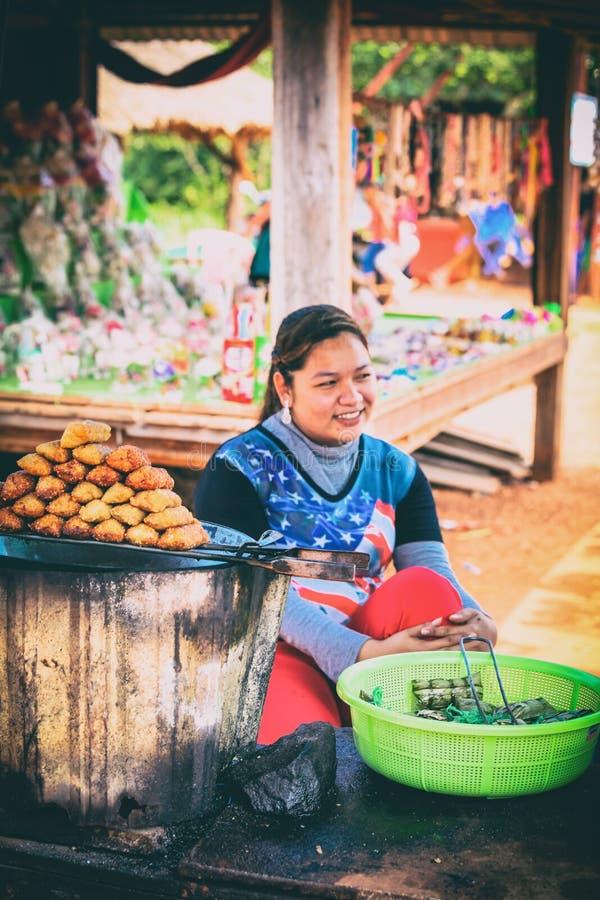 Uliczny rynek z jedzenia i pamiątek Kbal Chhay siklawami blisko Sihanoukville, Kambodża obraz stock