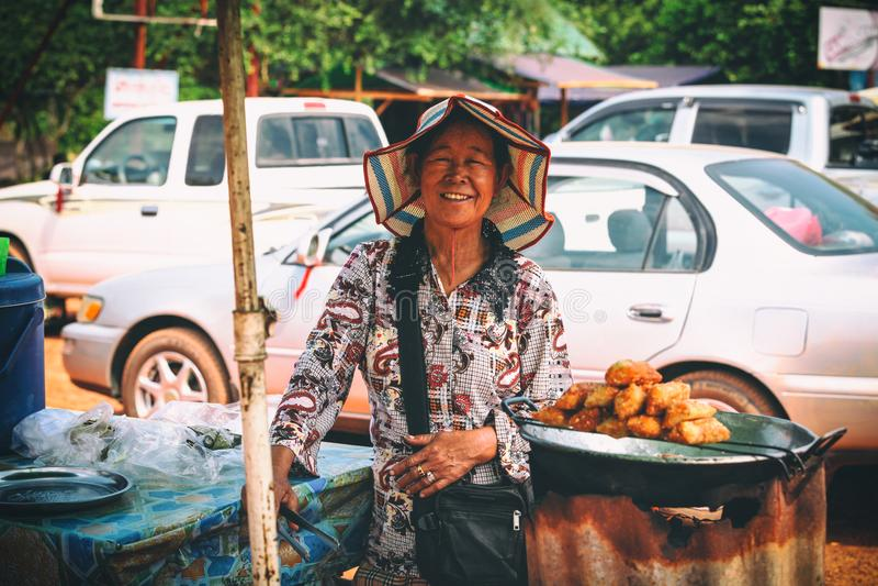 Uliczny rynek z jedzenia i pamiątek Kbal Chhay siklawami blisko Sihanoukville, Kambodża zdjęcie royalty free