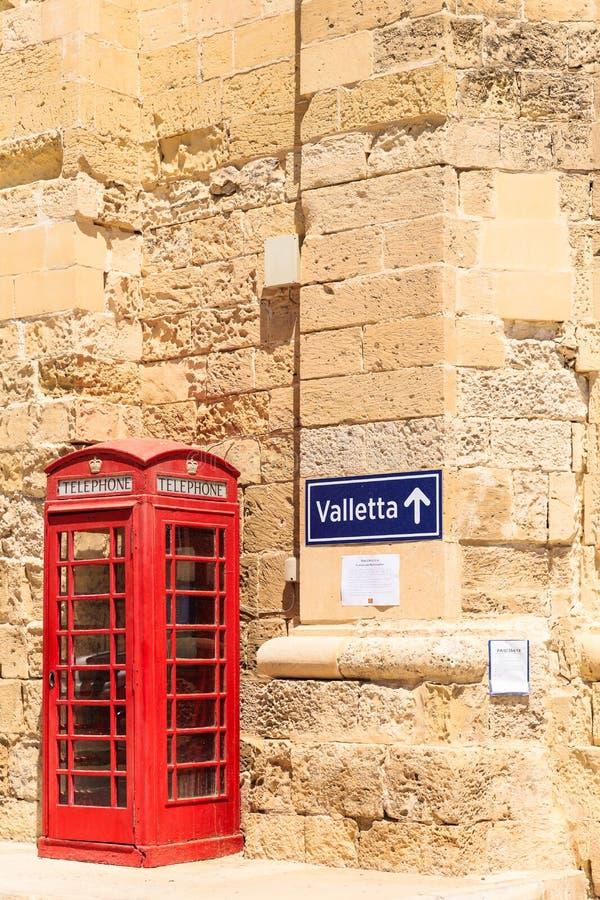 Uliczny signboard Balzunetta blisko brytyjskiego czerwonego telefonu pude?ka, wapie? ?ciana obraz stock