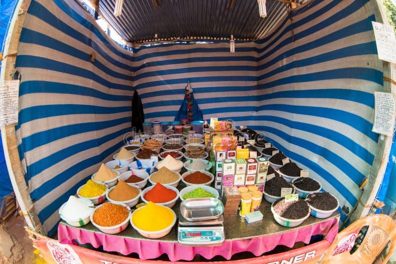 Uliczny sprzedawcy obsiadanie przy pikantność stojakiem fotografia stock