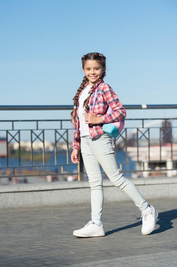 Uliczny stylowy sposób Mały śliczny dziecko z pięknym długo galonowym włosianym stylem Urocza mała dziewczyna w przypadkowym styl zdjęcia stock