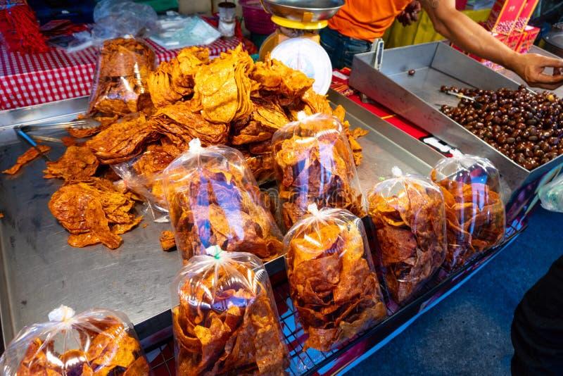 Uliczny Tajlandzki jedzenie sprzedawał w Phantip rynku kramu w Koh Pha Ngan, Tajlandia zdjęcie royalty free