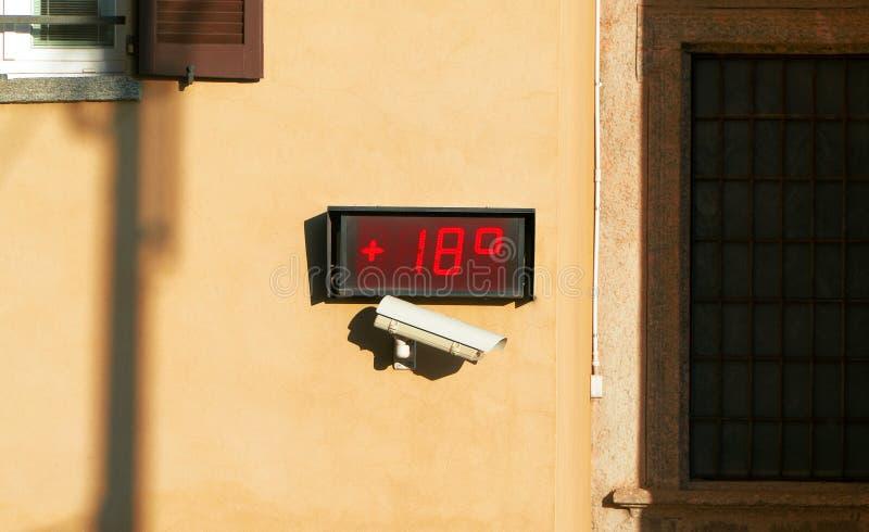 Uliczny termometr wystawia temperaturę 18 stopni obraz royalty free