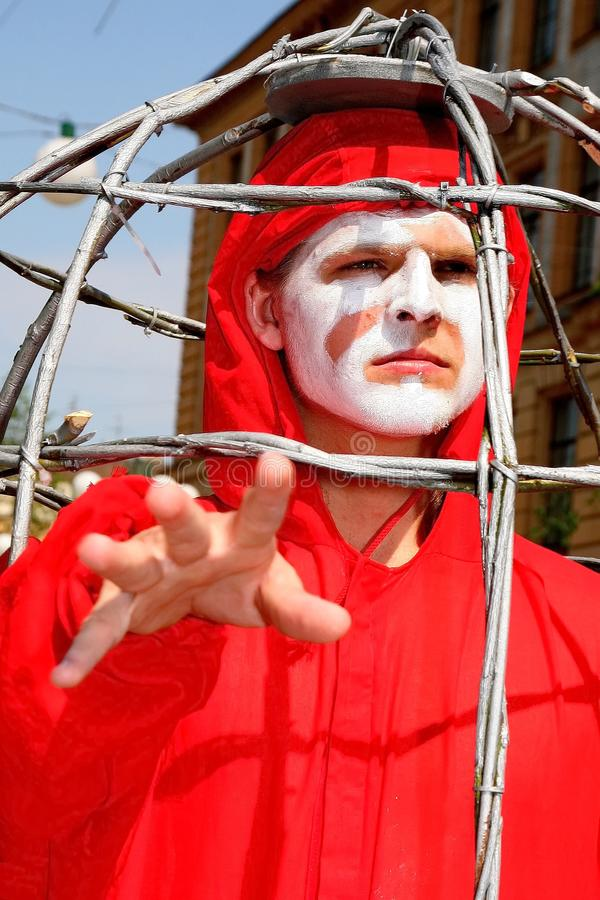 Uliczny theatre otwiera ulica costumed występ młodzi aktorzy fotografia royalty free