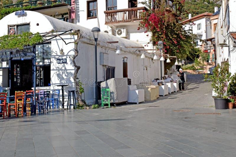 Uliczny widok indyk z stołem outside białymi kawiarni krzesłami i zdjęcia stock