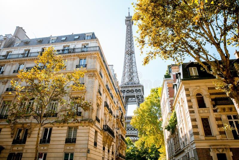 Uliczny widok na wieży eifla w Paryż fotografia royalty free